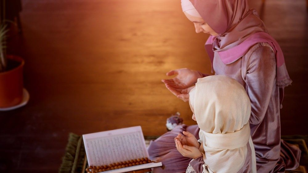b2ap3_large_mother_daughter_reading_quran 5 Tips For Busy People To Easily Learn Quran At Home - Blog